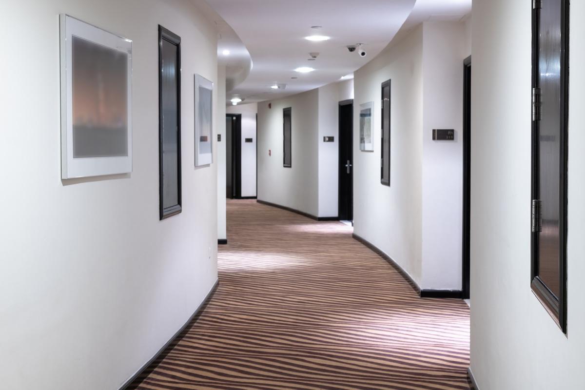 Nettoyage de moquette de chambre d'hôtel