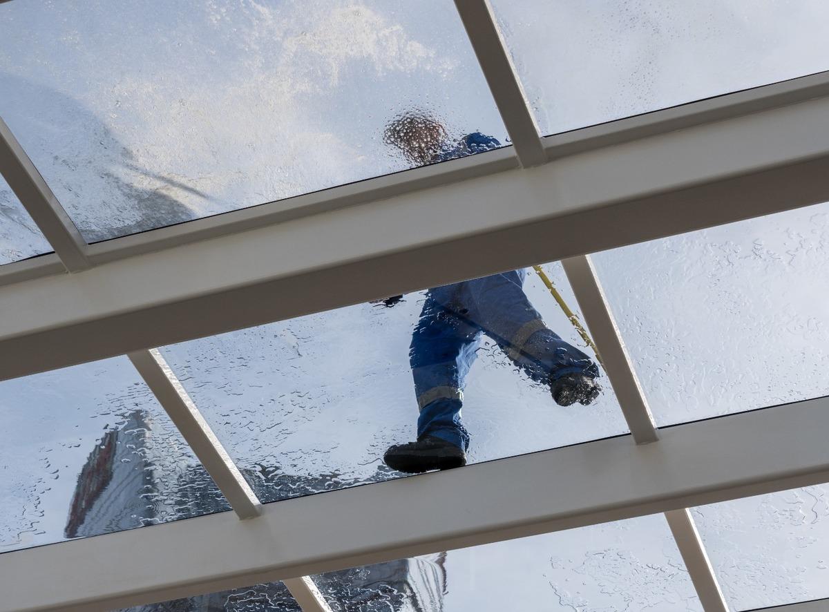 Nettoyage professionnel de vitres bloquées sécurisées